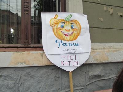 """На """"Святі гарбуза"""" в Чернівцях студенти збирали гроші для хворої дитини (ФОТО)"""