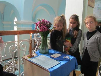 """""""Запалена свічка, квіти та учнівський квиток"""", - в чернівецькій гімназії згадують загиблу школярку"""