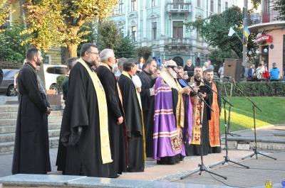 На Театральній площі молилися за мир і за Чернівці (ФОТО)