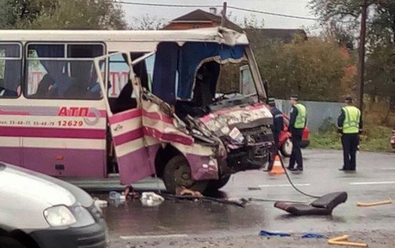 НаПрикарпатті маршрутка зіткнулася з лісовозом: 15 постраждалих