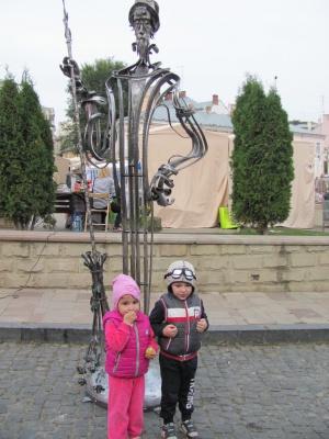 Чернівецькі ковалі подарували місту двірника з трояндами (ФОТО)