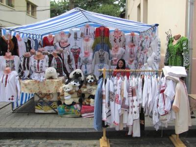 У Чернівцях на площі Пресвятої Марії – море вишивок і сувенірів (ФОТО)