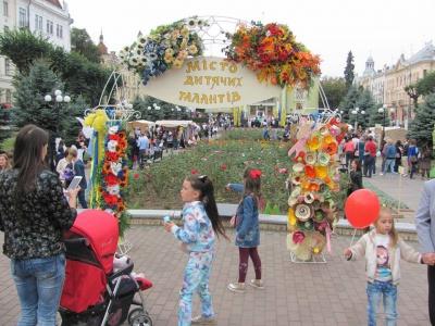 У Чернівцях на Театральній площі діти показують свої таланти (ФОТО)