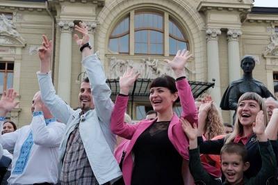 У центрі Чернівців оркестр виконує світові хіти (ФОТО)