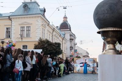 Біля Палацу урочистих подій чернівецькі красуні дефілювали у весільних сукнях (ФОТО)