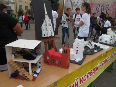 Чернівецькі студенти продавали свої роботи на благодійному аукціоні (ФОТО)