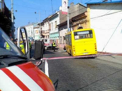 У центрі Чернівців водій маршрутки врізався в електроопору. Загинула літня жінка