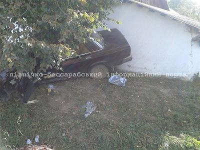 """На Буковині """"Жигулі"""" врізались у дерево: водій і пасажирка загинули (ФОТО)"""