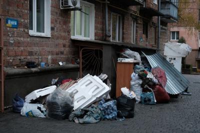 «Зламали двері та викинули на вулицю»: чернівчанин залишився без даху над головою (ФОТО)