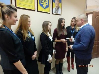 У Чернівцях двом школяркам вручили перші паспорти у вигляді картки