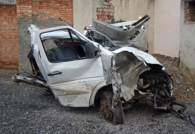 """Водителя  """"вырезали """" с  """"Спринтера"""": На Новоселиччине авто на большой скорости влетело в дерево (ФОТО)"""