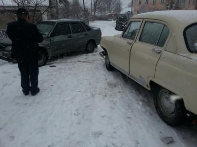 """Буковинець на ВАЗі зачепив припарковану """"Ниву"""" і втік"""