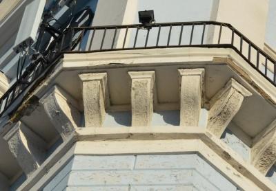 У Чернівцях через аварійність заборонили вихід на балкон ратуші