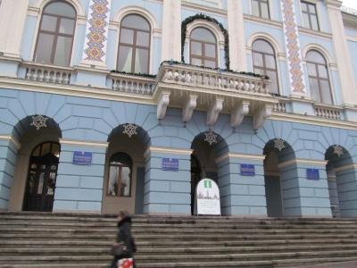Чернівецьку ратушу прикрасили до новорічних свят
