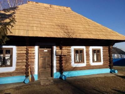 У хаті-музеї Миколайчука на Буковині поміняли дахове покриття (ФОТО)