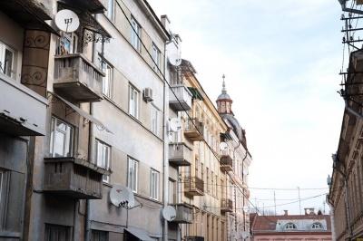 У Чернівцях на фасадах будинків почнуть демонтовувати супутникові тарілки