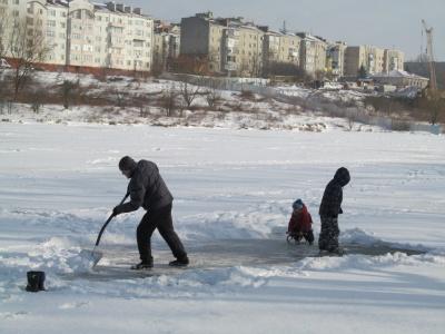 На озерах у Чернівцях з-під льоду ловлять окуня і плотву (ФОТО)
