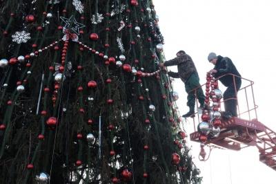 Главную елку в Черновцах уже «раздевают»