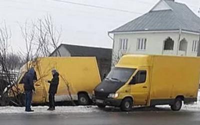 В Черновицкой области из-за гололеда с дороги слетел грузовик (ФОТО)