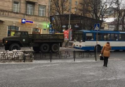 """У Чернівцях ще один """"новий-старий"""" тролейбус поламався на ходу - його евакуювали """"КрАЗом"""""""