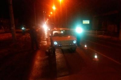 У нічній аварії у Чернівцях авто збило жінку