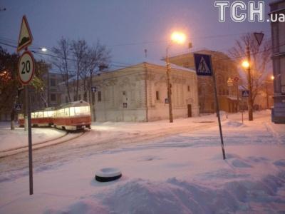 Киев замело снегом - ситуация на дорогах очень сложная