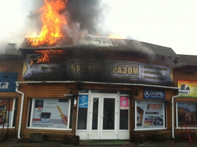 У селі на Буковині палає магазин будівельних матеріалів (ФОТО)