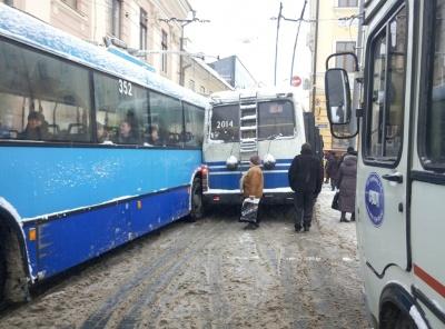 У центрі Чернівців два тролейбуси не розминулись через снігову негоду (ВІДЕО)