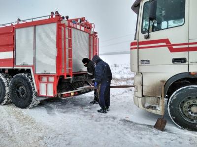 Десятки вантажівок на Буковині застрягли через сніг і ожеледицю (ФОТО, ВІДЕО)