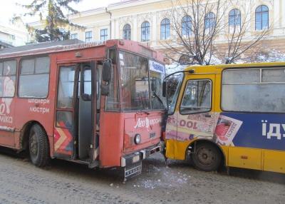 На Університетській зіштовхнулися тролейбус і маршрутка - рух перекрито (ФОТО)