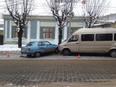 """У Чернівцях мікроавтобус зіткнувся із """"Славутою"""" (ФОТО)"""