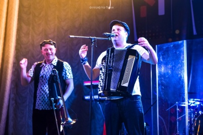 В Черновцах на концерте «кластеров» танцевали и взрослые, и дети (ФОТО)