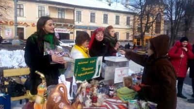 """У Чернівцях учасниця шоу """"Міняю жінку"""" з Греції пригощала тортом на благодійному ярмарку"""