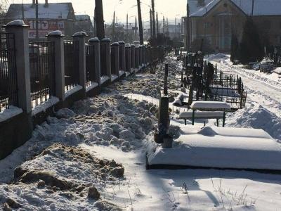 Інспекція Обшанського оштрафувала директора кладовища за сніг, який викинули біля могил