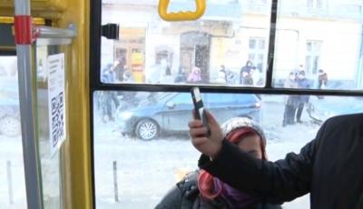 С сегодняшнего дня во львовских трамваях и троллейбусах можно оплатить проезд с помощью смартфона