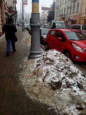 Центр Черновцов в сугробах снега - коммунальщики ждут потепления