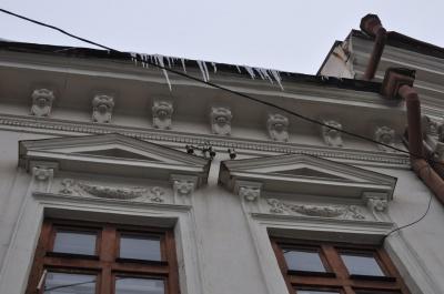 Обережно: сніг та бурульки на дахах (ФОТО)