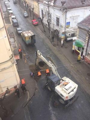 У центрі Чернівців латають яму, де провалилася бруківка