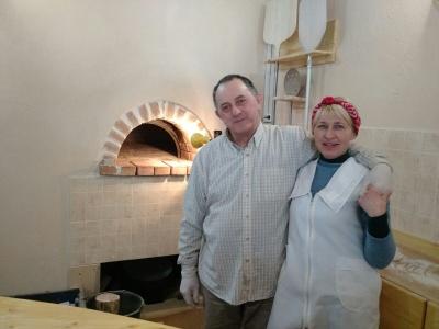 «Секрет піци – в руках і серці», – італієць про сімейний бізнес, який відкрив із дружиною-буковинкою в селі (ФОТО)