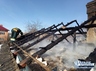 На Буковині згорів будинок багатодітної матері-одиначки: люди просять допомоги (ФОТО)