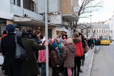 В Черновцах - транспортный коллапс: маршрутки «игнорируют» пассажиров, на остановках - толпы людей