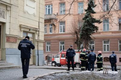В Черновцах в драмтеатре спасатели «тушили пожар» - ДСНС провела обучение (ФОТО)