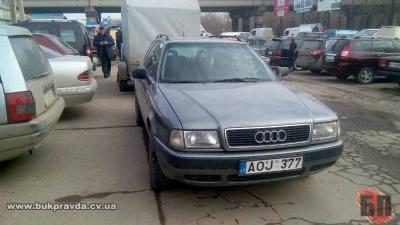 У Чернівцях авто з іноземними номерами збило пенсіонера і розтрощило йому ногу (ФОТО)