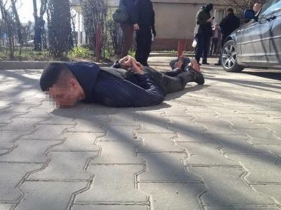 Молодикам, яких затримали в Чернівцях за наркоторгівлю, 18 і 23 роки (ВІДЕО)