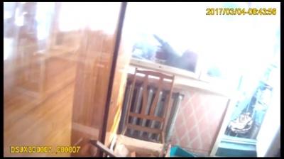 У Чернівцях неповнолітній хлопець намагався вистрибнути з балкону - поліцейські його врятували (ВІДЕО)