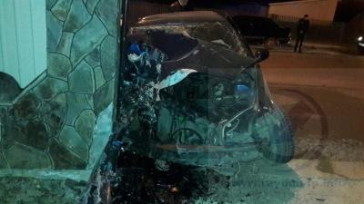 Авто на Буковині знесло паркан – двох людей госпіталізовано