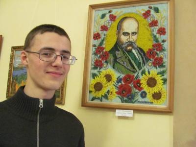 17-летний житель Черновцов изложил бисером 40 икон