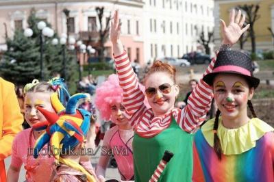 Первого апреля в Черновцах - парад клоунов