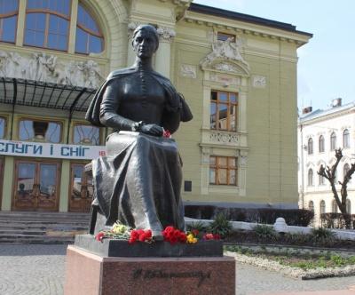 У Чернівцях поклали квіти до пам'ятника Кобилянській