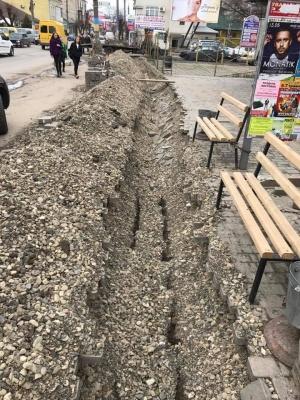 В Черновцах разрушили новый тротуар, чтобы проложить кабель (ФОТО)